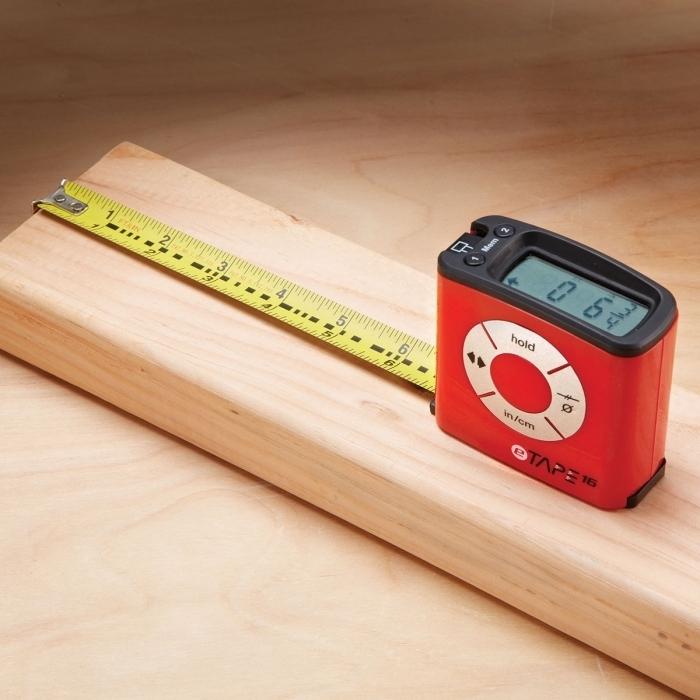 idée cadeau homme noel pas cher pour les petits budgets, un mètre ruban numérique à mésurer facile à utiliser