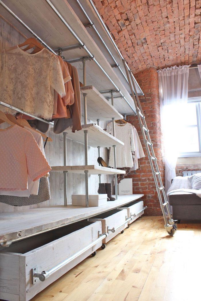 Dressing modulable rangement vetement simple, idée aménagement chambre à coucher femme célèbre, mur en briques rouges style new york