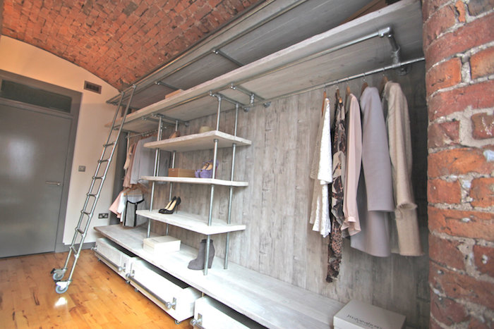 Loft dressing chambre caisson, originale idée de dressing pour ranger ses vêtements facilement, échelle pour acceder tout