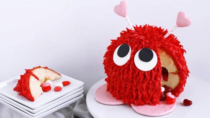 gateau anniversaire enfant original elmo en forme de sphère recouvert de glaçage rouge à l'aide d'un embout à douille décoratif
