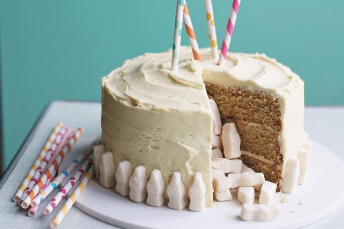 recette facile de gateau vanille moelleux avec un centre vide qui renferme des confiseries, nappé de crème au beurre nature