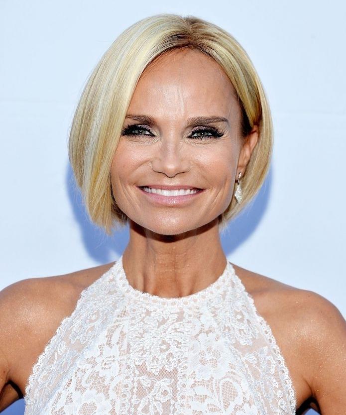 version carré court plongeant sur cheveux coloration blond platine lisses, look glamour en robe dentelle blanche