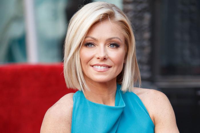 carré mi long blond platine coloration tendance, raie sur le coté, coupe de cheveux court femme 40 ans, robe bleue