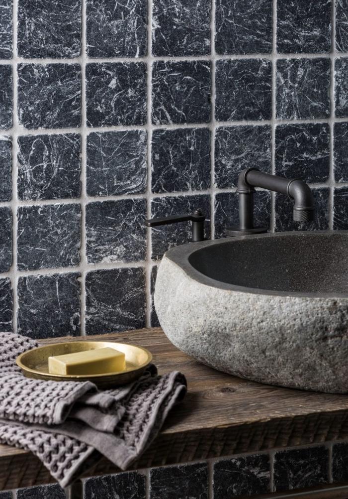 carrelage mural en marbre gris anthracite à veines contrastées qui habille les murs autour du vasque en pierre