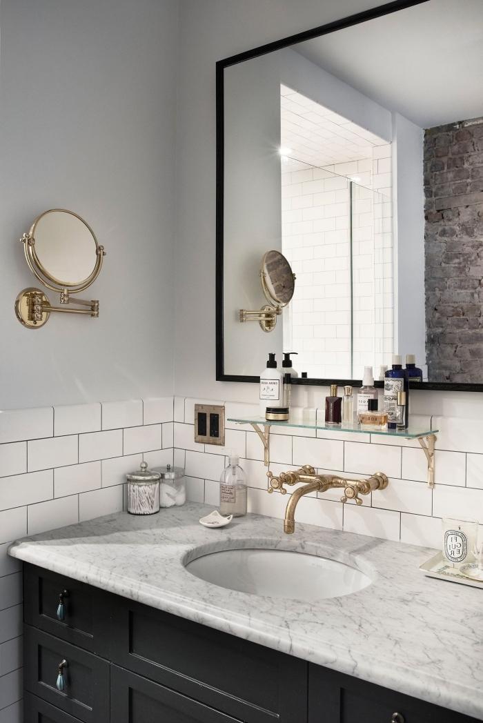 crédence de salle de bains en carrelage faience métro blanc pour une ambiance chic urbaine