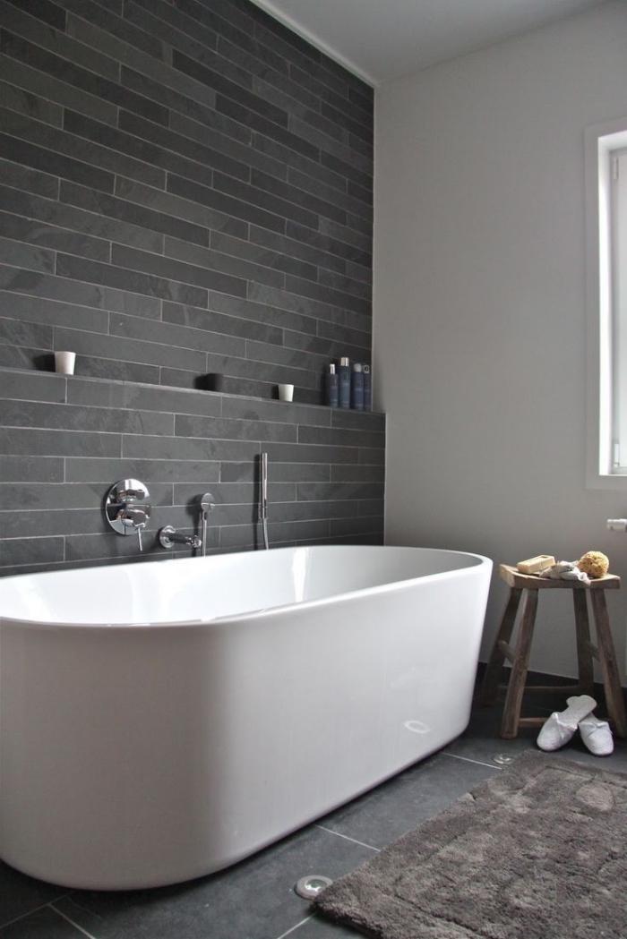 crédence de baignoire en carrelage faience salle de bain gris anthracite en contraste avec la baignoire individuelle