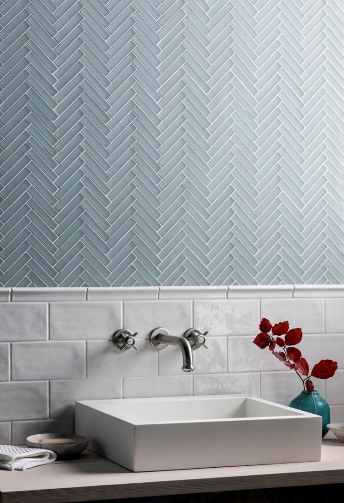 revetement mural salle de bain composé de deux types de carreaux juxtaposés, crédence en carrelage métro émaillé