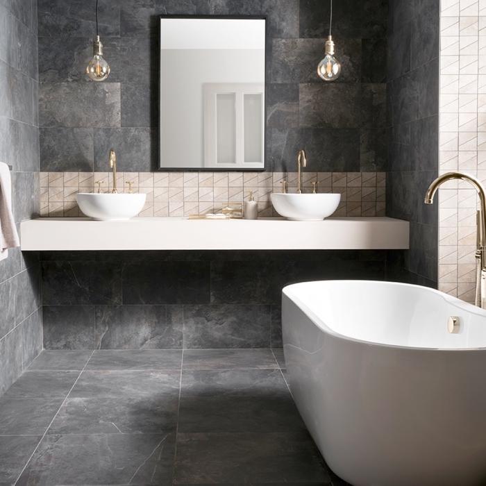 revêtement de sol et de murs en dalles de carrelage imitation pierre combiné avec une crédence de trois rangées de petits carreaux en ton beige