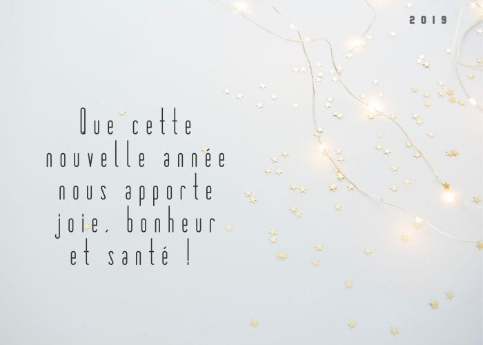 jolie photo fond blanc avec guirlandes lumineuses à motifs étoiles, idée carte de voeux pour nouvel an 2019 originale