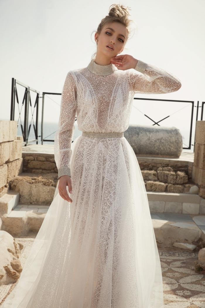 robe boheme mariage splendide, modèle de robe blanche transparente avec applications à design bijou autour du cou et les poignets