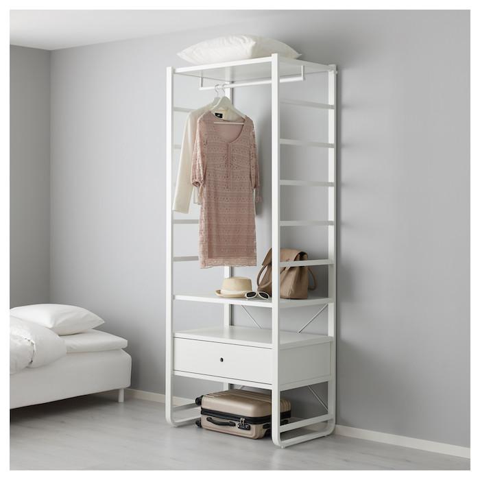 Dressing ouvert meuble rangement chambre confort dans la maison, valise à quatre roulettes sous le meuble sans portes