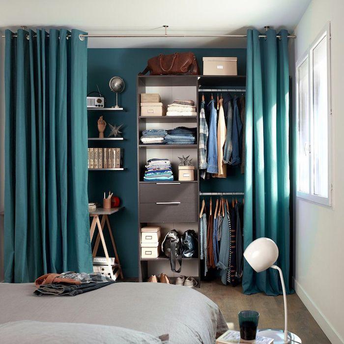 Dressing tout en un, caisson dressing placard ouvert qui peut être caché derrière les rideaux, chambre à coucher adulte