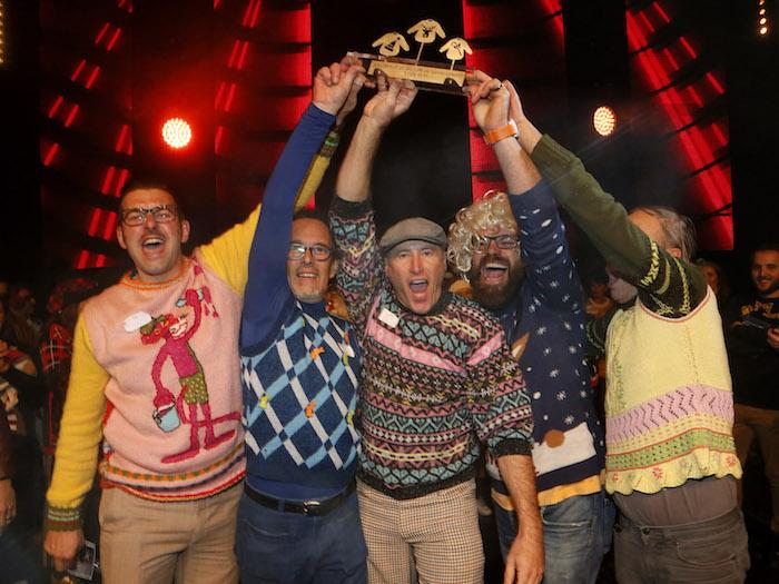 vainqueurs du championnat du monde du pull moche de noël et gilet kitsch pour reveillon
