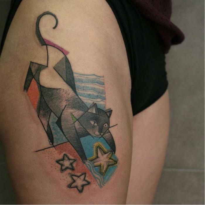 Noir encre tatouage de chat, couleur pour le reste du tatouage, chat qui prend des étoiles du mar, original dessin pour tatouage jambe, modele de tatouage geometrique thème pour son tatou