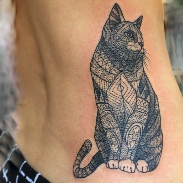 Tatouage chaton à motif, modèle de tatouage cool, idée originale pour un tatouage chouette, chat géométrique