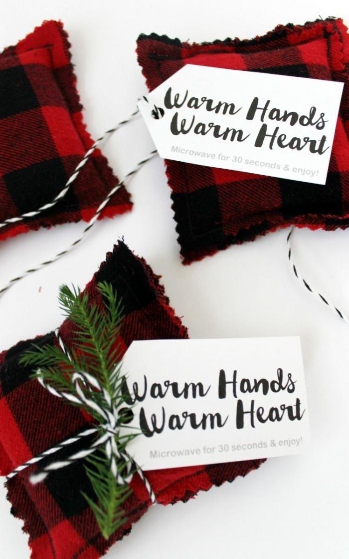 idée de cadeau noel homme fait-maison, des chauffe-mains à coudre soi-même à carreaux rouge et noir avec étiquettes personnalisées