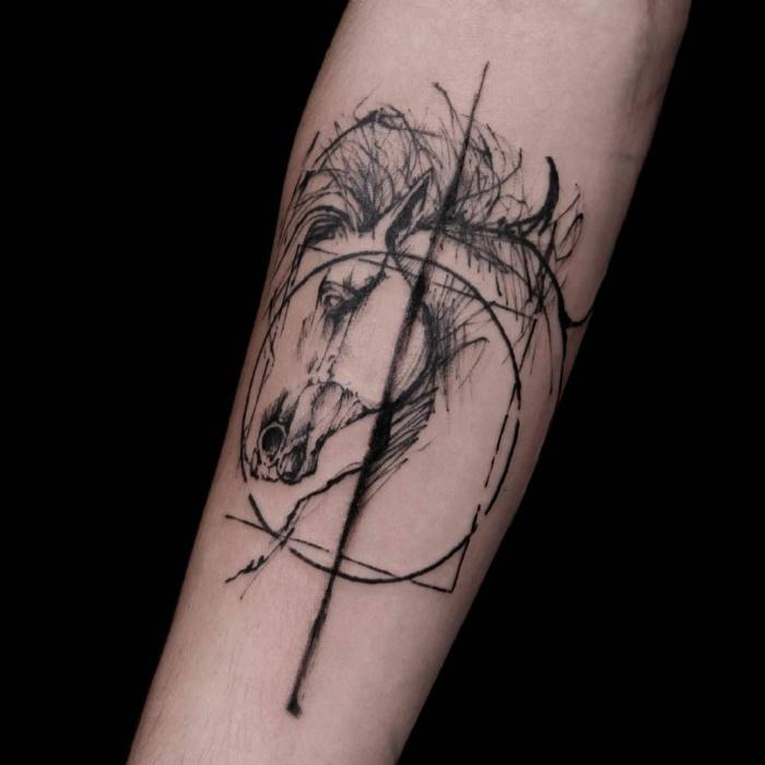 Tatouage main dessin stylisé premier tatouage dessin décoratif et symbolique, tatouage cheval dans un cercle, ligne des le milieu