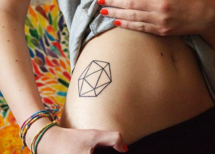 Tatouage infini dessin stylisé dessin réalisé en injectant de l'encre dans la peau, géométrique figure sur le coté