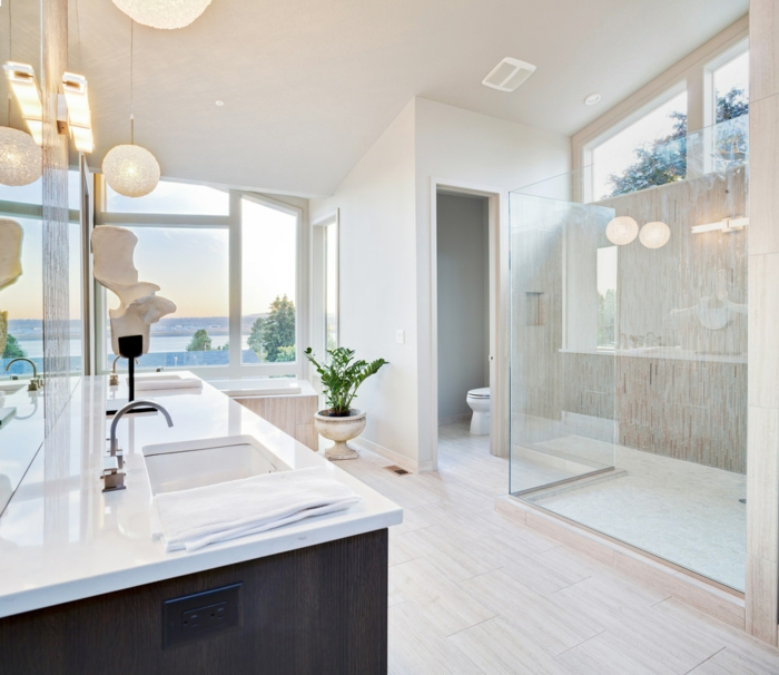 Decoration industrielle, idee interieuer style scandinave, inspiration pour salle de bains stylée salle chic blanche avec beaucoup de lumière naturelle