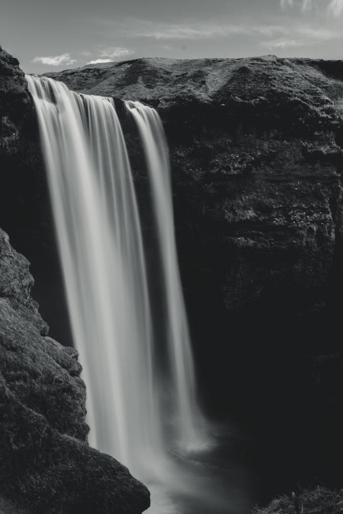 une belle image noir et blanc cascade majestueuse dans la montagne qui met en valeur ses eaux