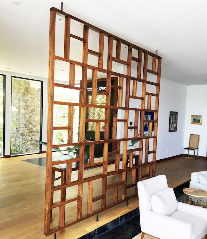 comment installer un claustra interieur en bois dans une maison pour séparer un salon, murs blancs, mobilier blanc