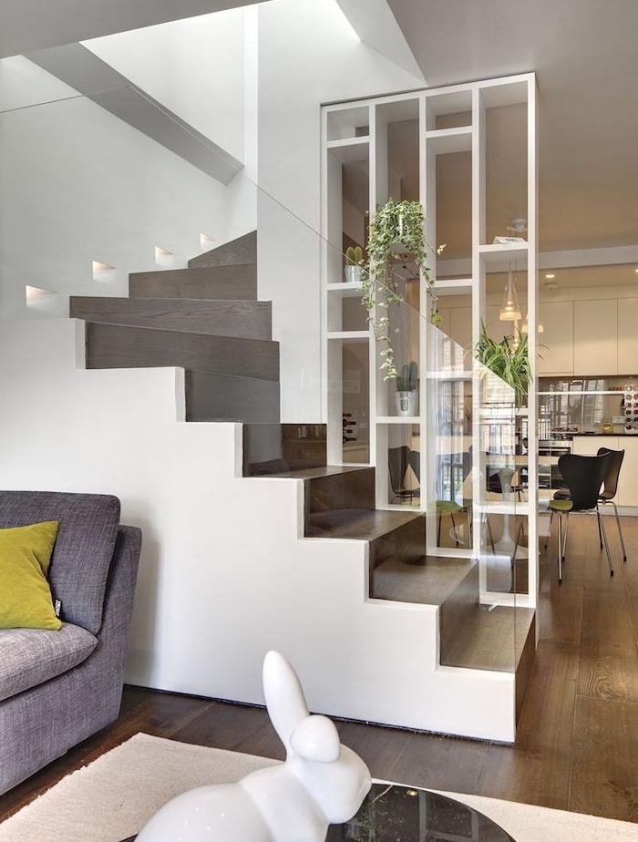 idee de separation originale rampe escalier, claustra interieur blanc avec rangements pour pots de plantes, separation cuisine salon