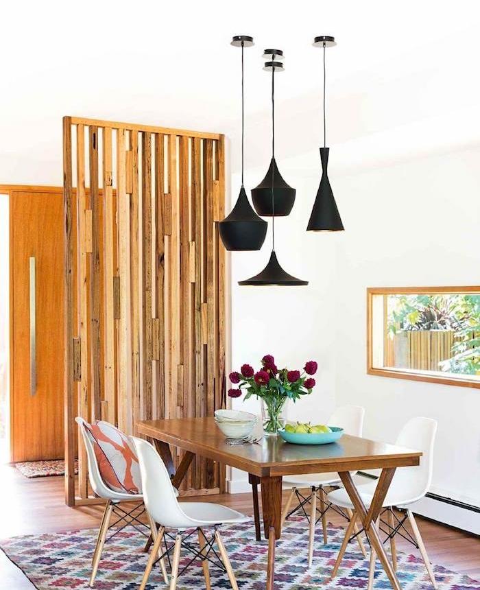 modele de cloison bois à lames de bois clair pour séparer une salle à manger avec table bois massif et chaises scandinaves