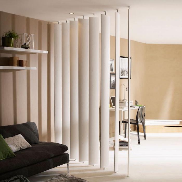 idee de cloison bois avec des lames de bois avec pieds orientables, murs gris souris peinture, canapé gris anthracite