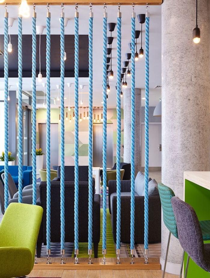 séparateur de pièce original en corde couelur bleue montée avec crochets sur planches de vois, cloisonner salon