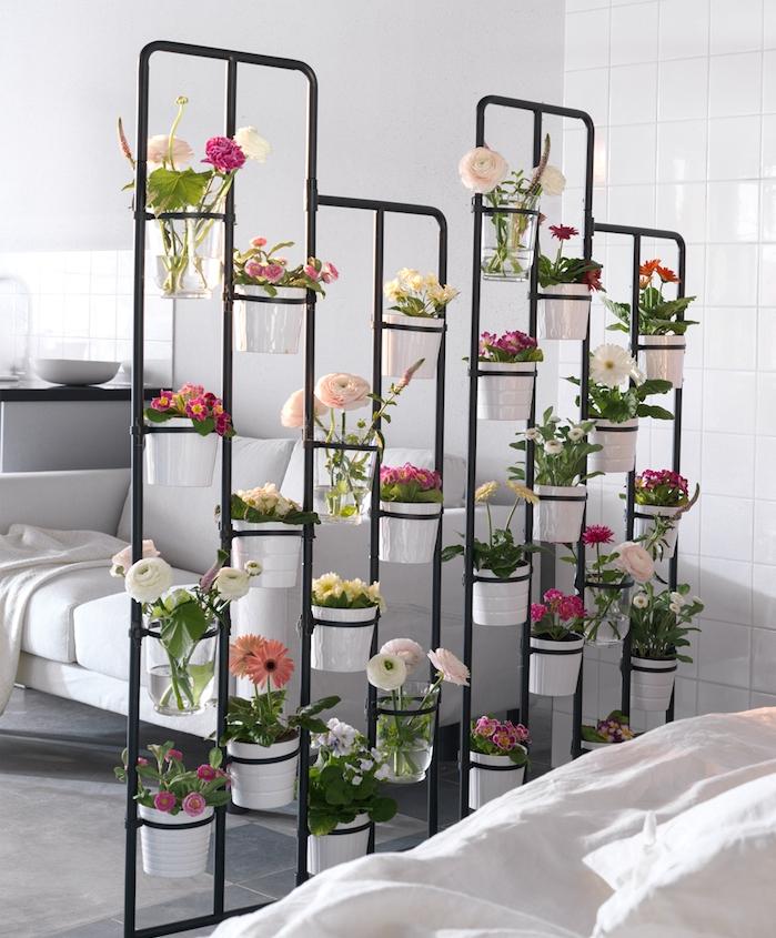 mur végétal intérieur, cloison de séparation métallique avec des pots de fleurs blanches, canapé blanc et murs blancs