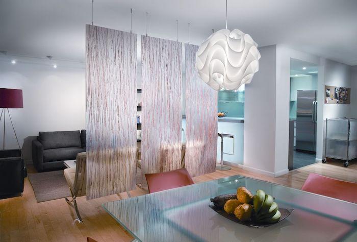 idee de cloison suspendu du plafond, séparer salle à manger de salon, table en verre, chaises rouges, canapé gris anthracite