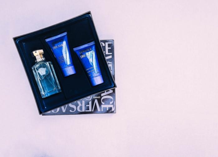 idée cadeau anniversaire homme qui aime prendre soin de soi, coffret cadeau contenant un parfum de luxe, un baume après rasage et doucge gel