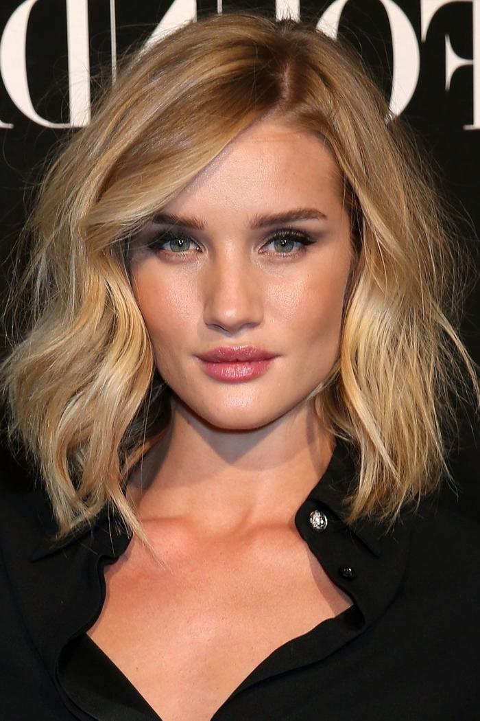 coupe de cheveux carré plongeant long, maquillage pour yeux bleu gris avec mascara et rouge à lèvres rose