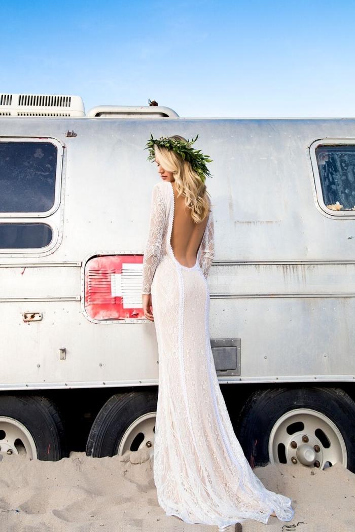 modèle de robe de mariée bohème dentelle, exemple de robe blanche fluide avec dos nu rond et manches à effet tatouage