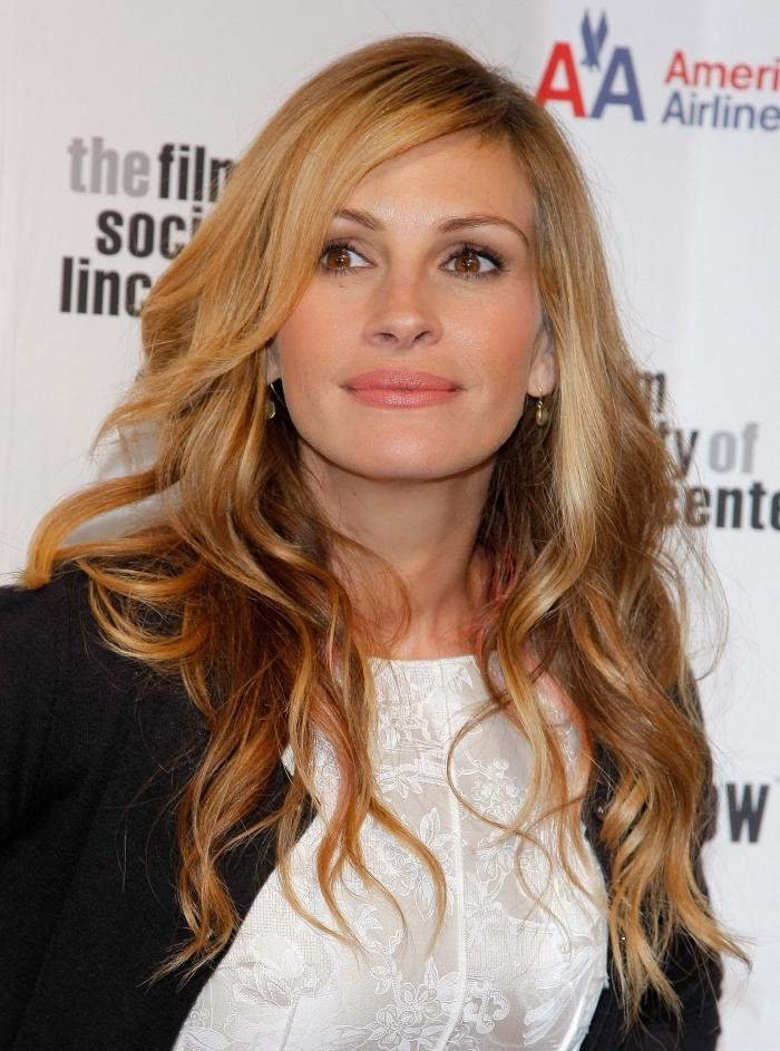 idée coloration blonde pour cheveux marron, Julia Roberts aux cheveux longs bouclés de couleur blond foncé aux reflets cuivrés et caramel