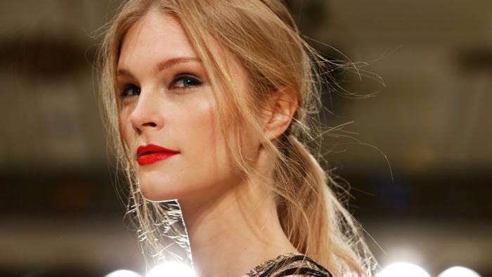 cheveux de couleur blond doré, maquillage pour yeux bleu-gris avec crayon noir, coiffure simple queue de cheval