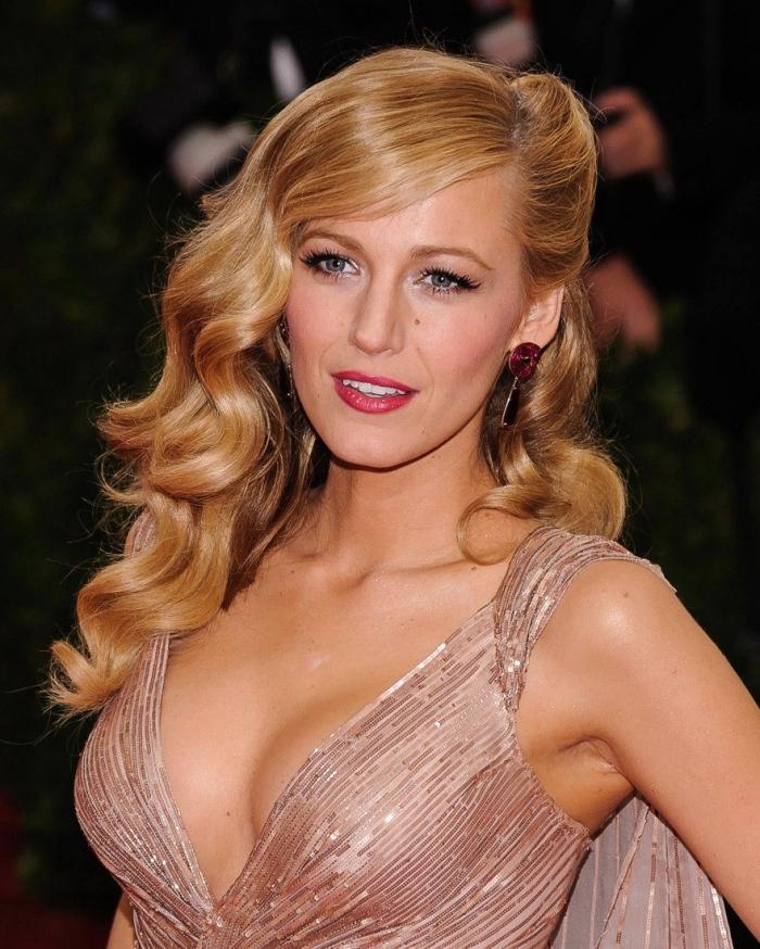 couleur blonde pour brunette, idée coiffure stylée aux cheveux mi-attachés, exemple coloration mèches caramel
