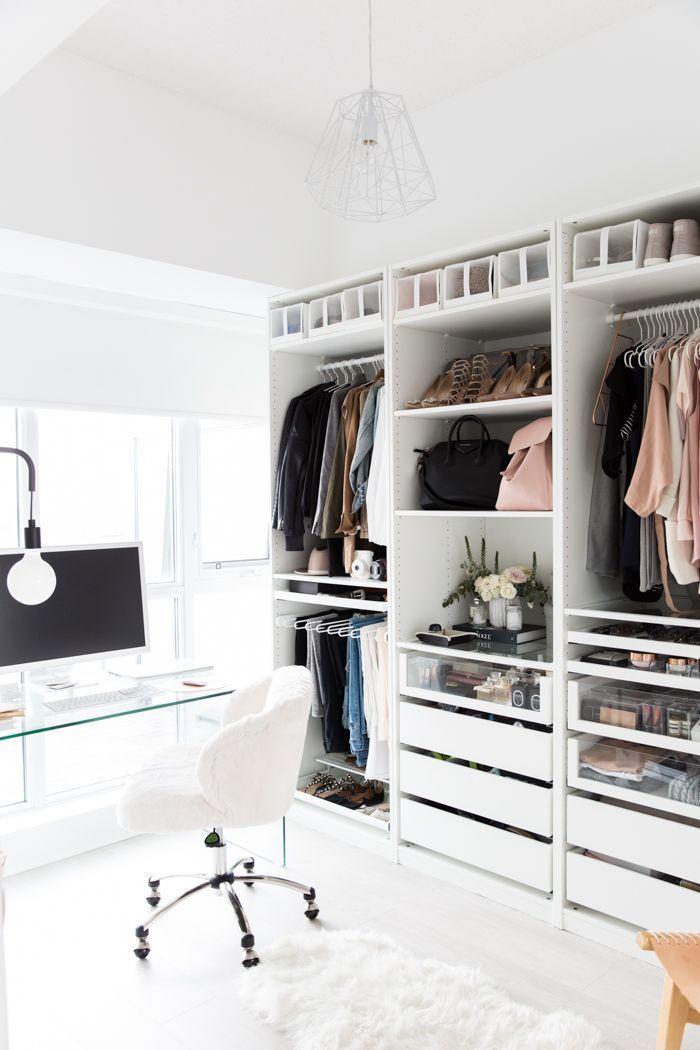 Penderie meuble rangement dans la mur, lustre moderne, tapis blanche, coin bureau, chambre facile moyen de ranger le tout
