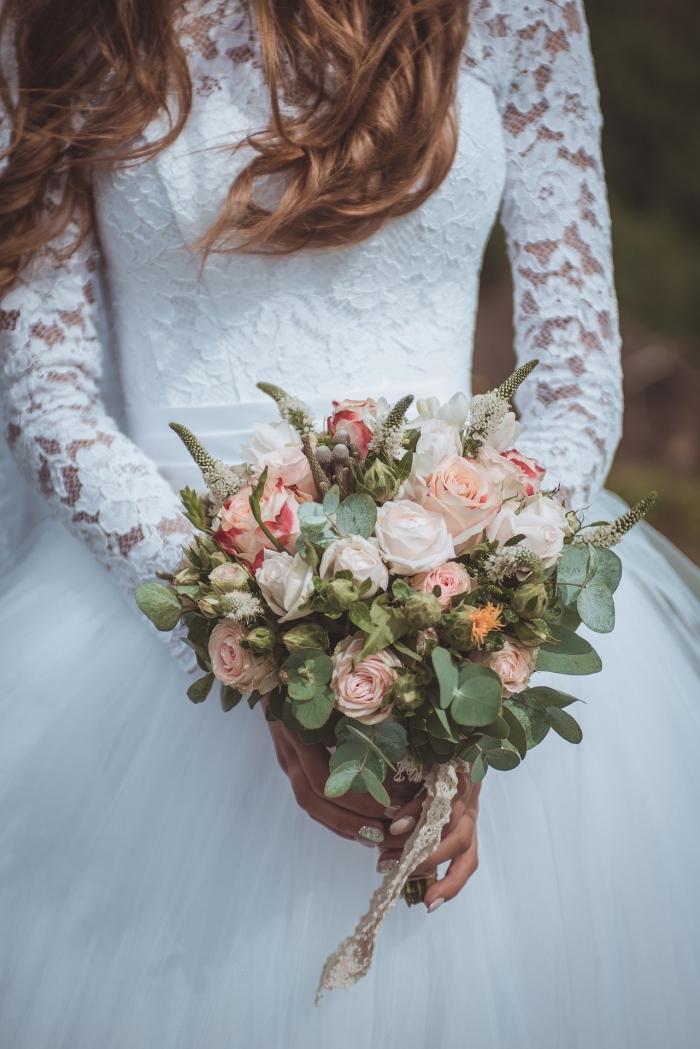 idée bouquet champêtre, modèle de robe de mariée à design princesse, idée robe blanche à manches dentelle