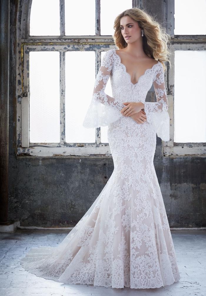 modèle de robe avec décolleté et manches bouffantes, robe de mariée sirène à jupe en tulle et broderie à motifs volutes