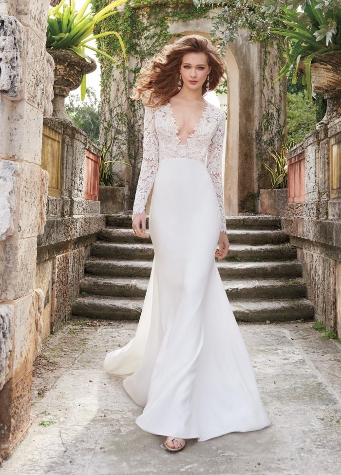 exemple de robe de mariée 2018-2019, tendance tenue mariée en blanc, modèle de robe mariée avec décolleté plongeant