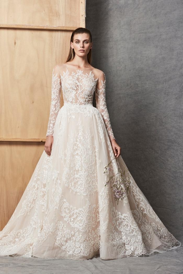 tenue mariage 2018 2019, modèle de robe de mariée à jupe de bal en tulle brodée avec bustier illusion dentelle florale