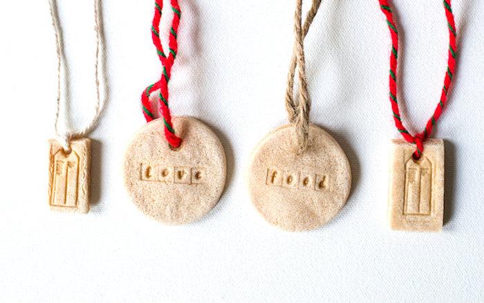 photo modèles objets deco bijoux pate à sel colliers ornements avec rubans coton