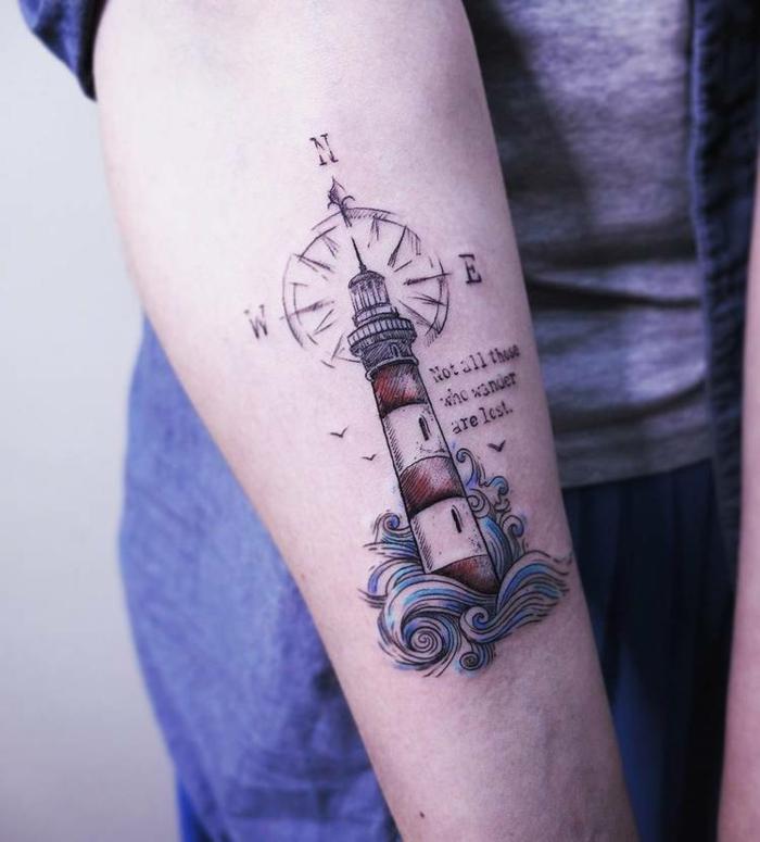 Tatouage homme épaule, tatouage liberté inspiration, dessin original stylé en encre noir rouge et bleu, voyage destination tatouage symbolique, phare et ondes