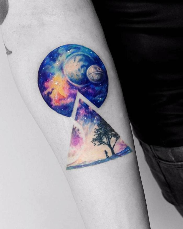 Beau tatouage graphique à couleur violet et bleu, planète lointaine comme de chez star wars, idée tatouage homme, tatouage sur l'avant bras