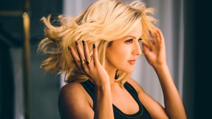 coiffure célébrité de Ellie Goulding, cheveux blonds aux racines marron, idée coloration brunette avec longueurs de couleur doré