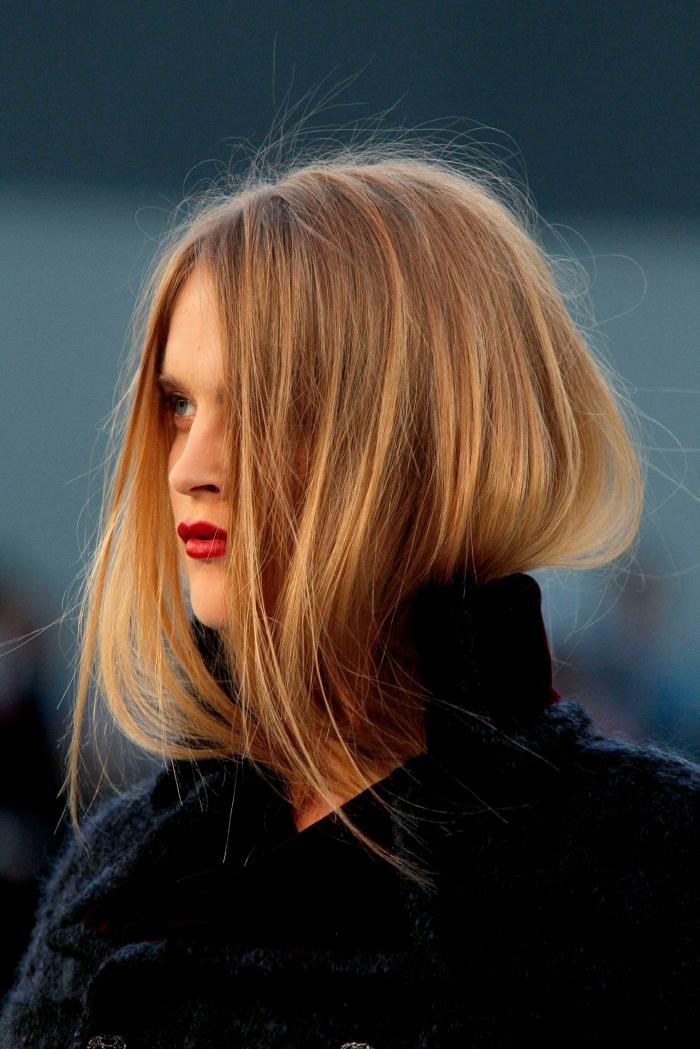 cheveux de couleur châtain cuivré aux reflets dorés, idée coloration avec meche miel, maquillage pour yeux bleus