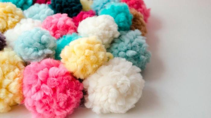 pompons multicolores en couleurs flattantes, pompons en fil de laine pour fabriquer des tapis diy