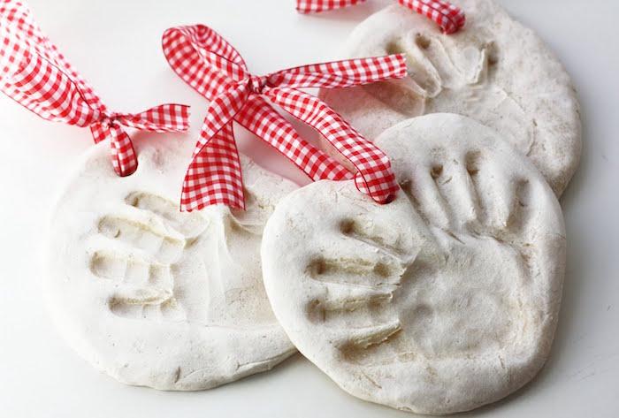 pate a sel noel simple avec empreintes de main de bebe et ruban à suspendre au sapin