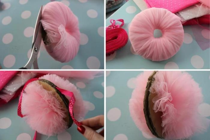 faire un pompon en tulle rose, idée superbe de pompon en tulle créé à l'aide d'un morceau de carton